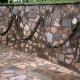 pared-con-cadenas-y-placas-conmemorativas